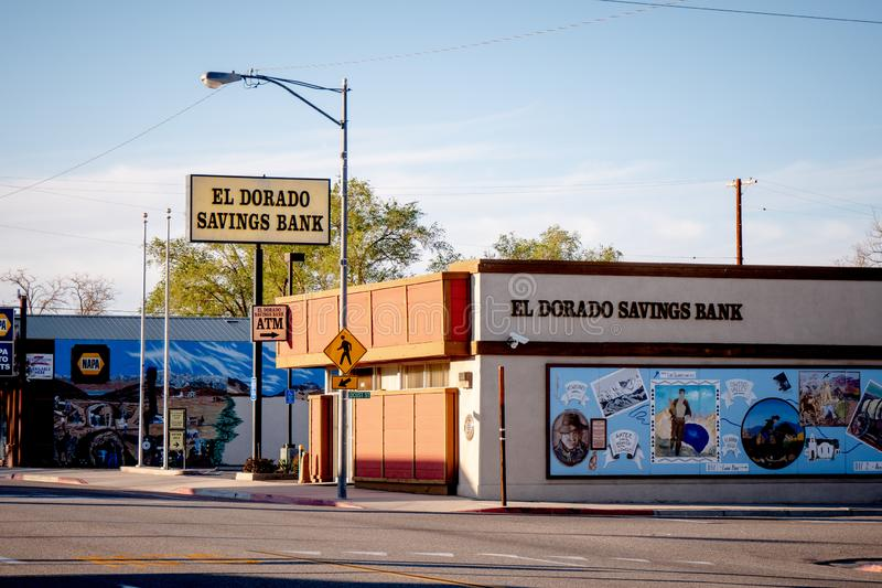 Banco de poupança do EL Dorado na vila histórica do pinho solitário - PINHO SOLITÁRIO CA, EUA - 29 DE MARÇO DE 2019 foto de stock