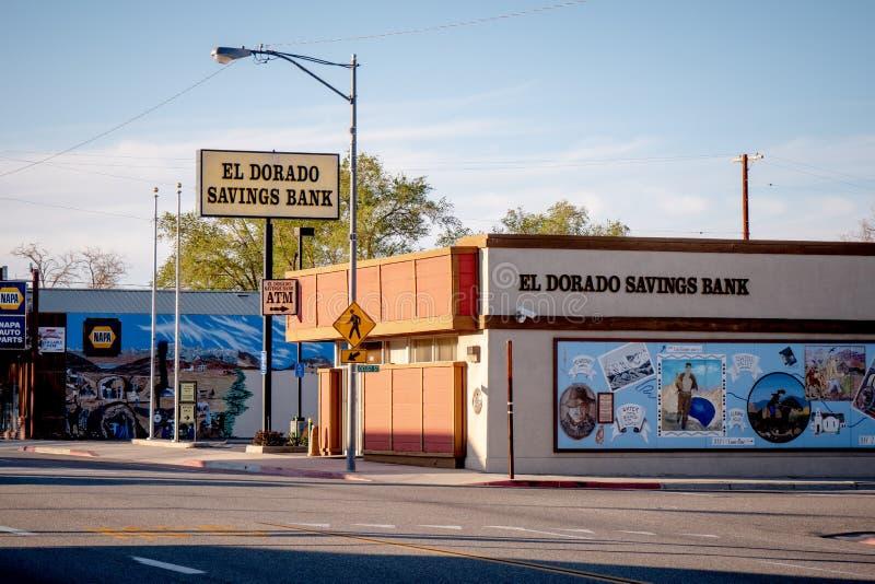 Banco de poupança do EL Dorado na vila histórica do pinho solitário - PINHO SOLITÁRIO CA, EUA - 29 DE MARÇO DE 2019 fotos de stock