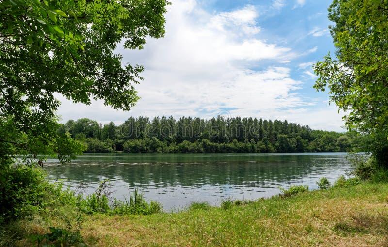 Banco de río Sena cerca del Morsang-sur-Sena imagen de archivo