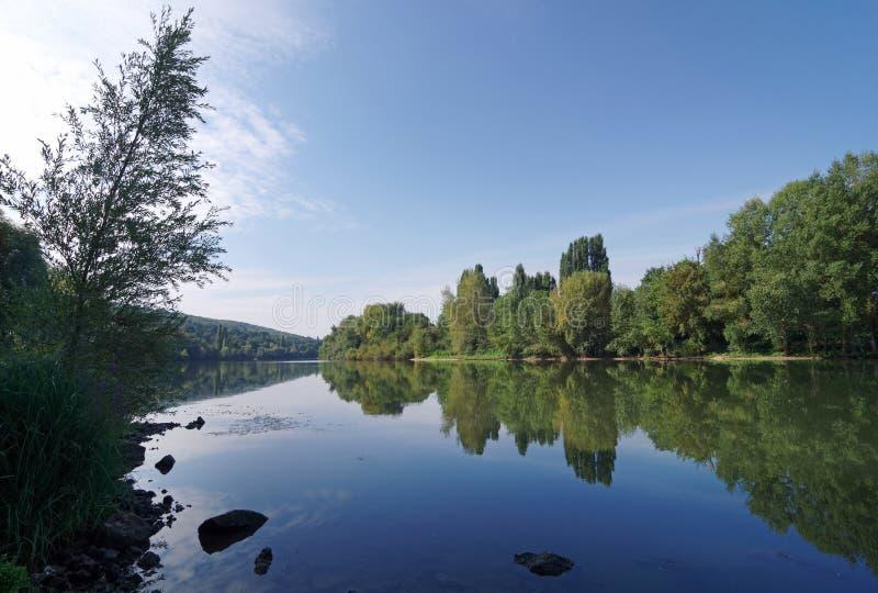 Banco de río Sena en la región de ÃŽle de Francia imagen de archivo libre de regalías