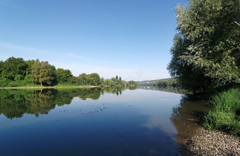 Banco de río Sena en la región de ÃŽle de Francia fotografía de archivo