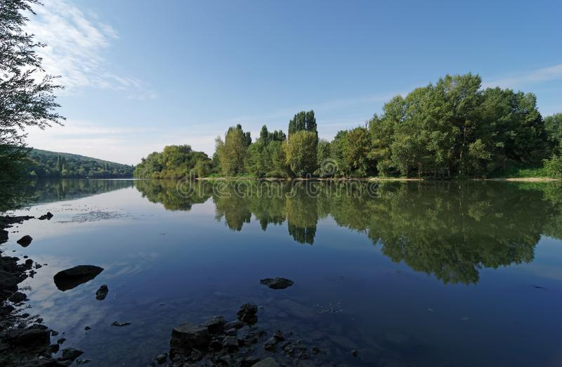 Banco de río Sena en la región de ÃŽle de Francia foto de archivo libre de regalías