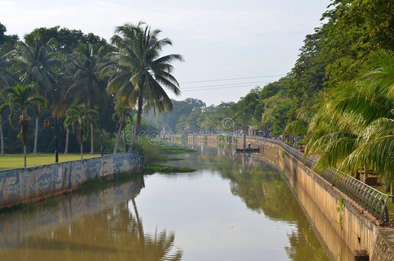 Banco de rio de Pahang na cidade de Pekan em Malásia fotos de stock royalty free