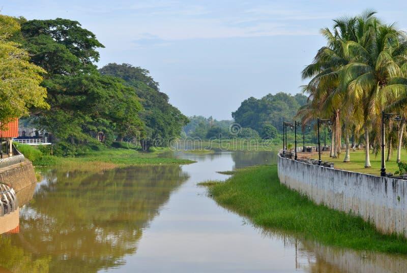 Banco de rio de Pahang na cidade de Pekan em Malásia fotos de stock