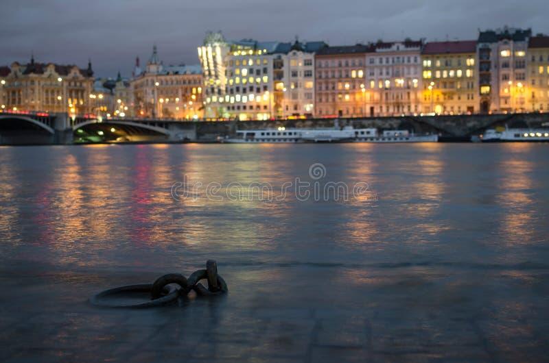 Banco de rio inundado do rio de Vltava no centro de Praque, República Checa fotografia de stock