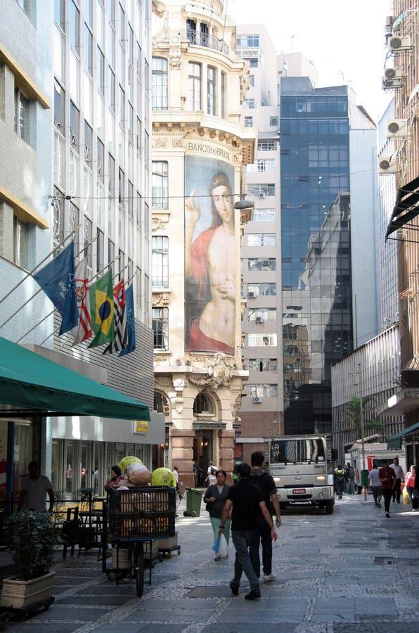 Banco del Brasil en una calle que camina de Sao Paulo foto de archivo