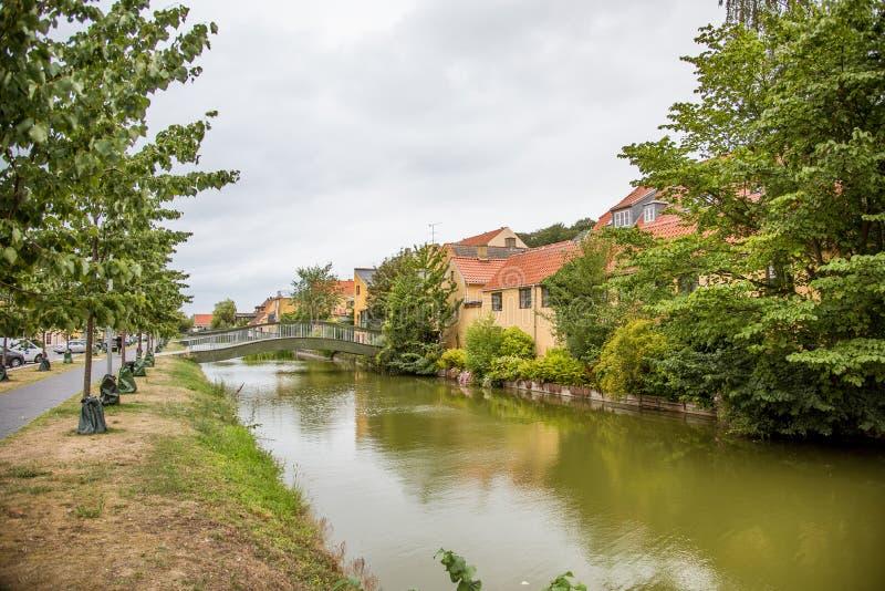 Banco del canal y un puente en un canal en Dinamarca imagen de archivo libre de regalías