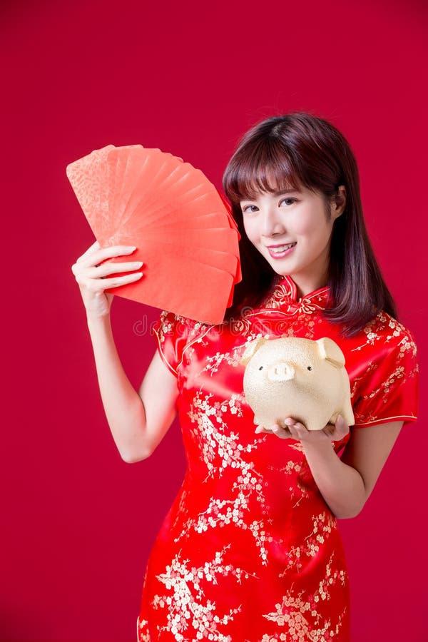 Banco del cerdo de la demostración de la mujer de Cheongsam foto de archivo