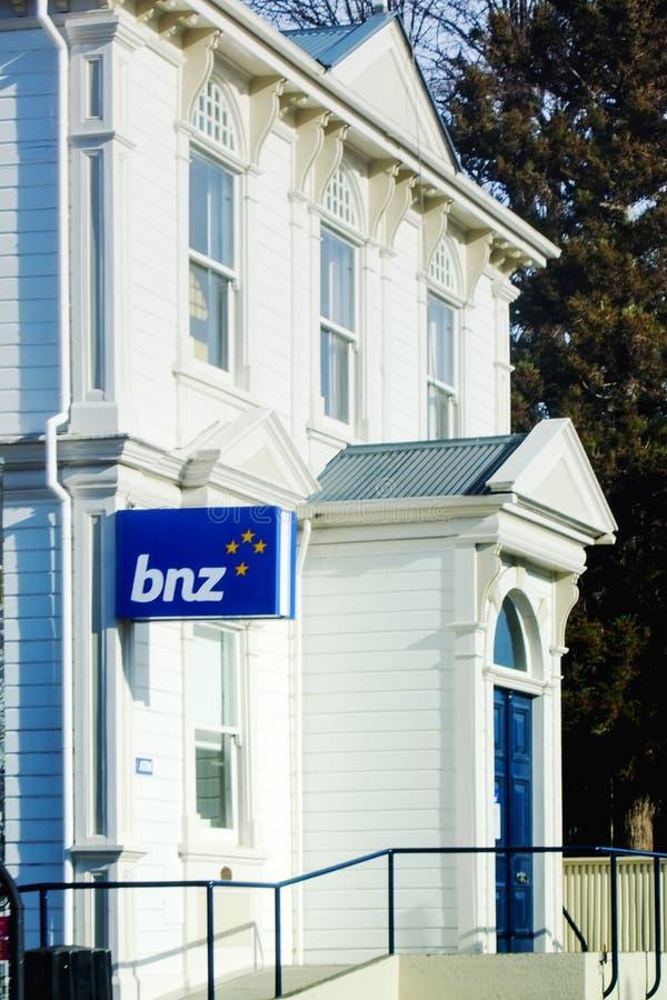 Banco del edificio de Nueva Zelanda en Akaroa fotografía de archivo