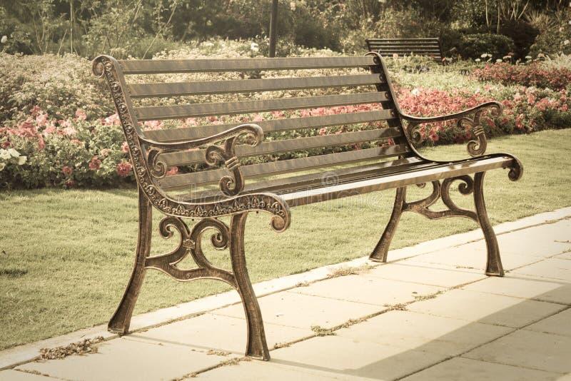 Banco del metallo in giardino. immagine stock libera da diritti