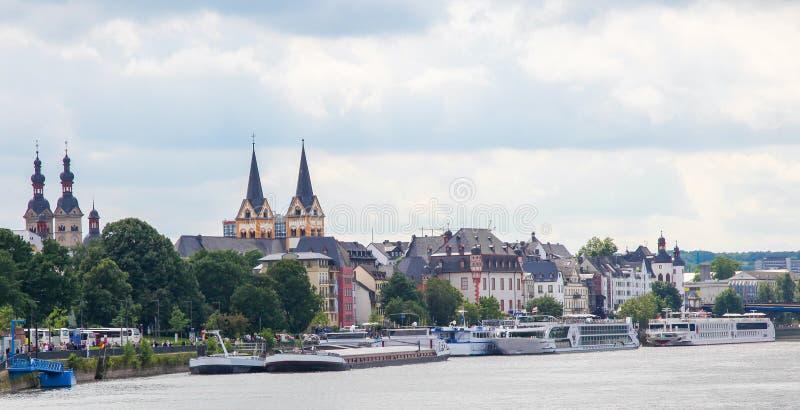 Banco del Rin en Coblenza, Alemania imagen de archivo