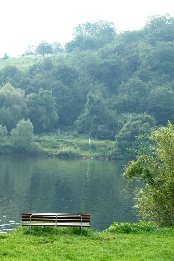 Banco della riva del fiume fotografia stock libera da diritti