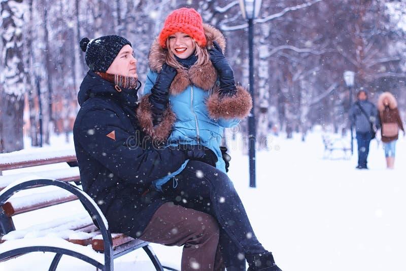 Banco della via di inverno dell'amante delle coppie fotografie stock