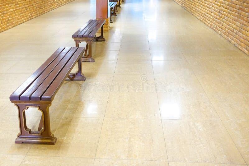 Banco di legno da rilassarsi nel guardaroba del centro commerciale immagine stock
