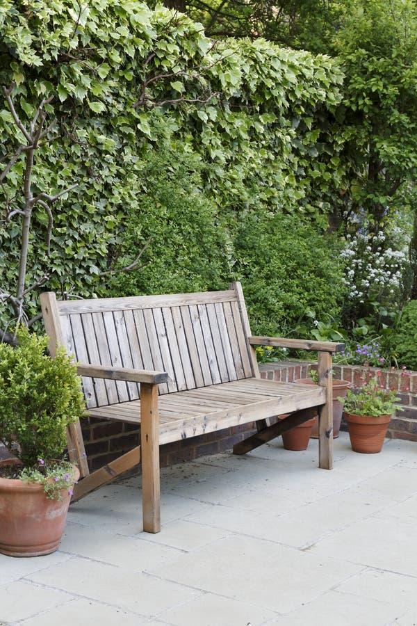 Banco di legno del giardino fotografia stock libera da diritti