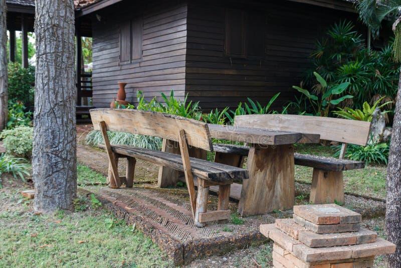 Banco di legno e tavola vicino alla casa immagini stock