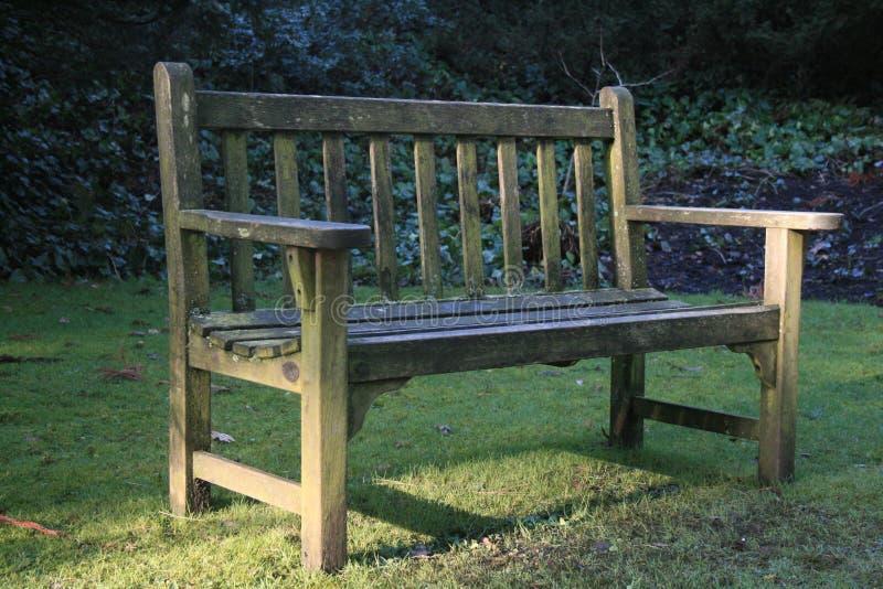 Banco di legno semplice in giardino convenzionale immagini stock