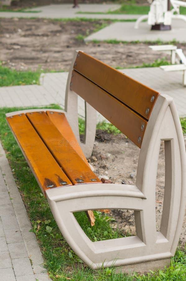 Banco di parco di legno nocivo fotografie stock libere da diritti