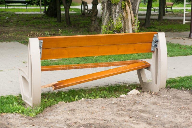 Banco di parco di legno nocivo immagine stock libera da diritti