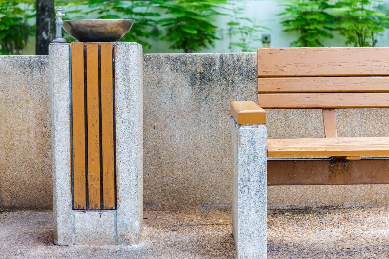 Banco di parco e contenitore di rifiuti di legno fotografie stock libere da diritti