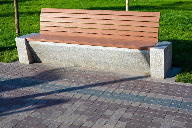 Banco di parco moderno di estate fotografia stock libera da diritti