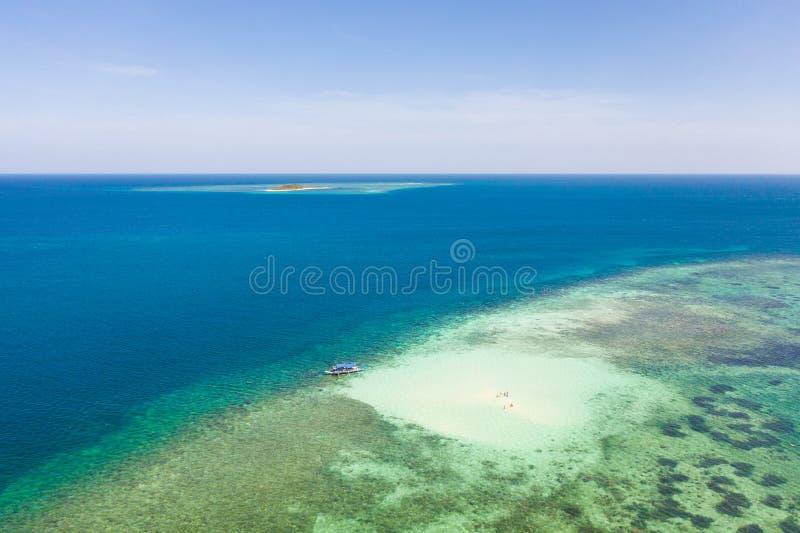 Banco di sabbia su una barriera corallina Atollo con acqua del turchese ed il fondo sabbioso, vista superiore Balabac, Palawan, F fotografie stock