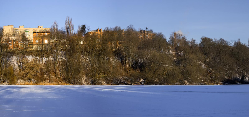 Banco direito do rio do sul congelado do erro na área do maciço de Sverdlovsk fotografia de stock