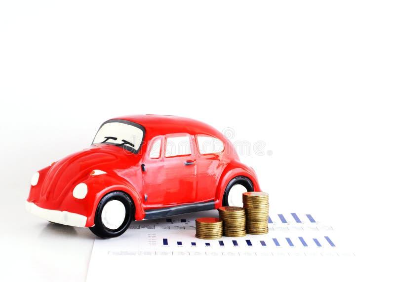 Banco do carro e pilha vermelhos das moedas para o conceito dos empréstimos automóveis imagens de stock