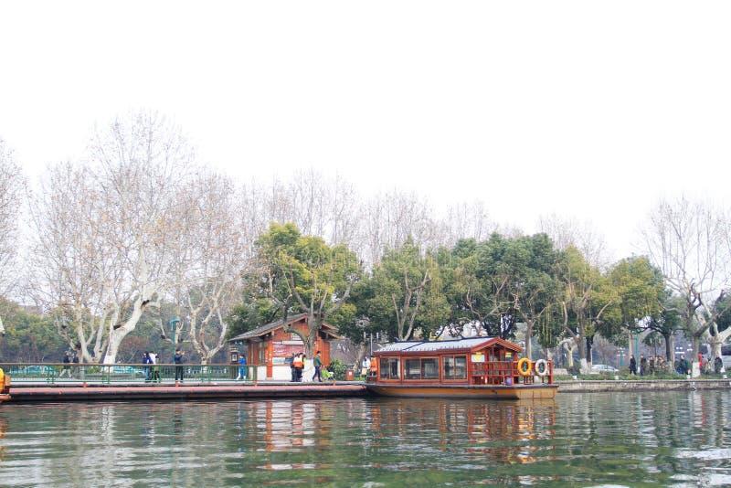 Banco do inverno do lago ocidental em Hangzhou, China imagens de stock