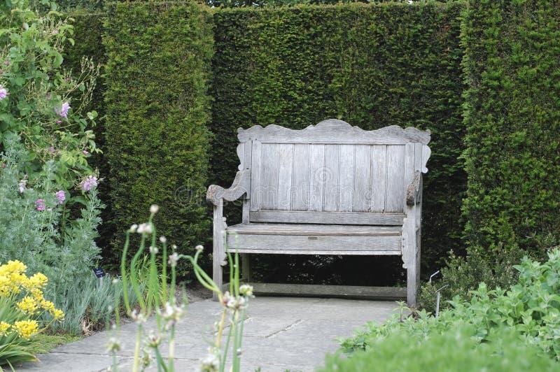 Banco do jardim no jardim inglês foto de stock
