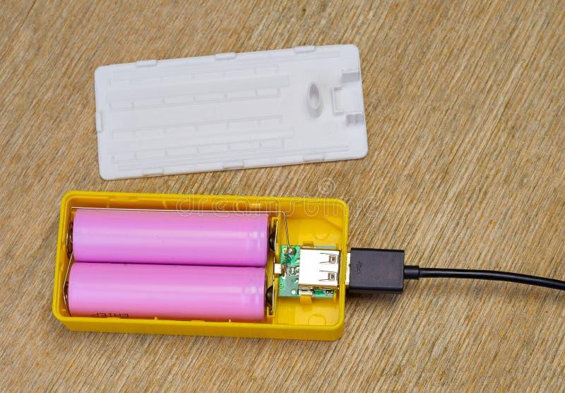 Banco do poder com cabo de USB Carregamento do acumulador Bateria externa fotos de stock