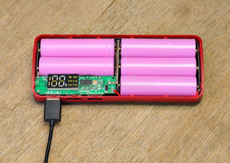 Banco do poder com cabo de USB Carregamento do acumulador Bateria externa foto de stock royalty free