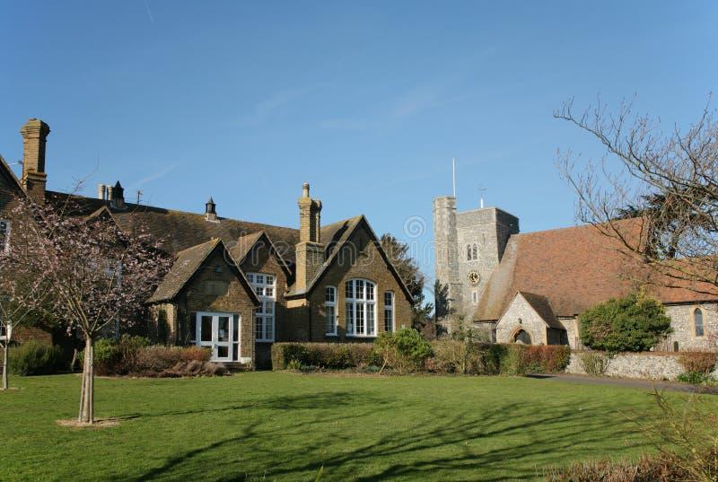Banco e chiesa inglesi del villaggio fotografie stock libere da diritti