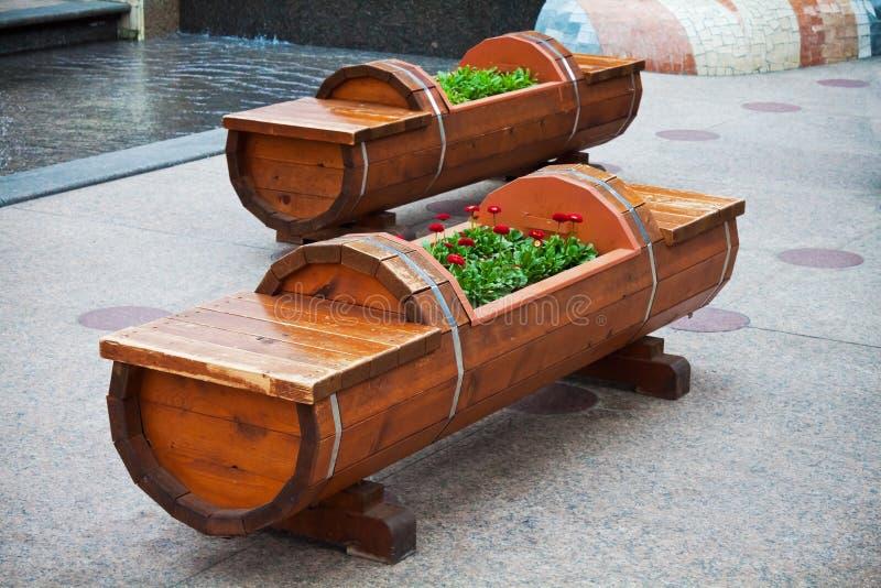 Banco e Flowerbed de madeira fotos de stock royalty free