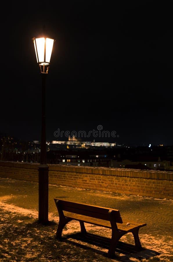 Banco e paesaggio di Praga durante la notte immagini stock