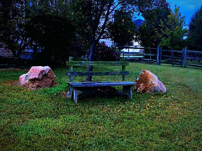 Banco e rocce fotografie stock