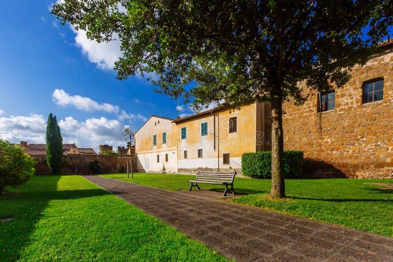 Banco e trajeto em um parque em Tuscania, Itália fotografia de stock royalty free