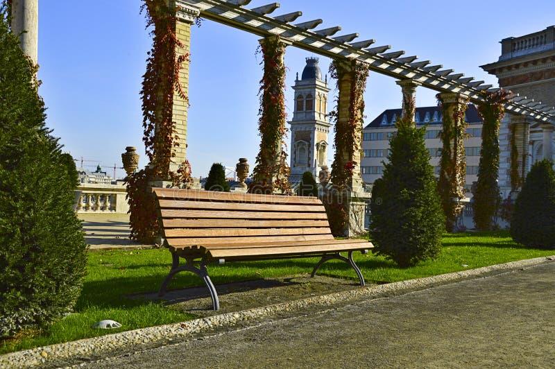 Banco en parque de la ciudad fotografía de archivo libre de regalías