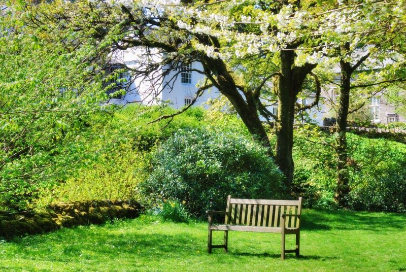 Banco en un jardín contry inglés foto de archivo libre de regalías