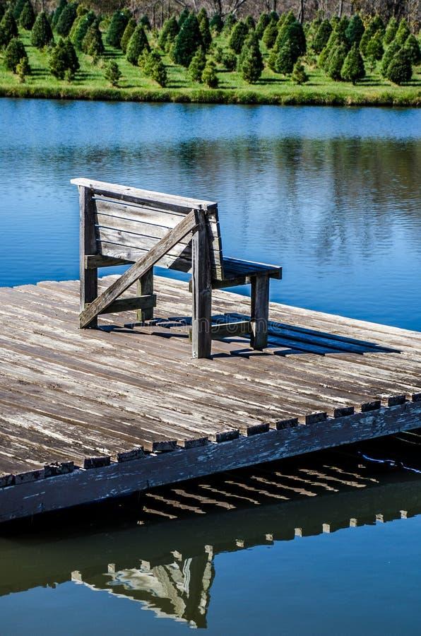 Banco en un lago fotografía de archivo
