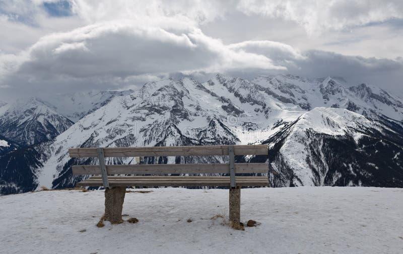 Banco encima de una montaña fotos de archivo libres de regalías