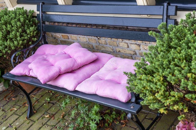 Banco exterior com os coxins de assento macios cor-de-rosa Close-up foto de stock