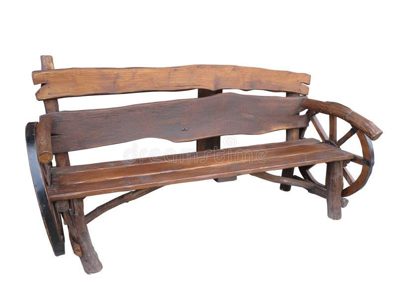 Banco fatto a mano di legno del giardino con la decorazione della ruota del carretto isolata fotografia stock