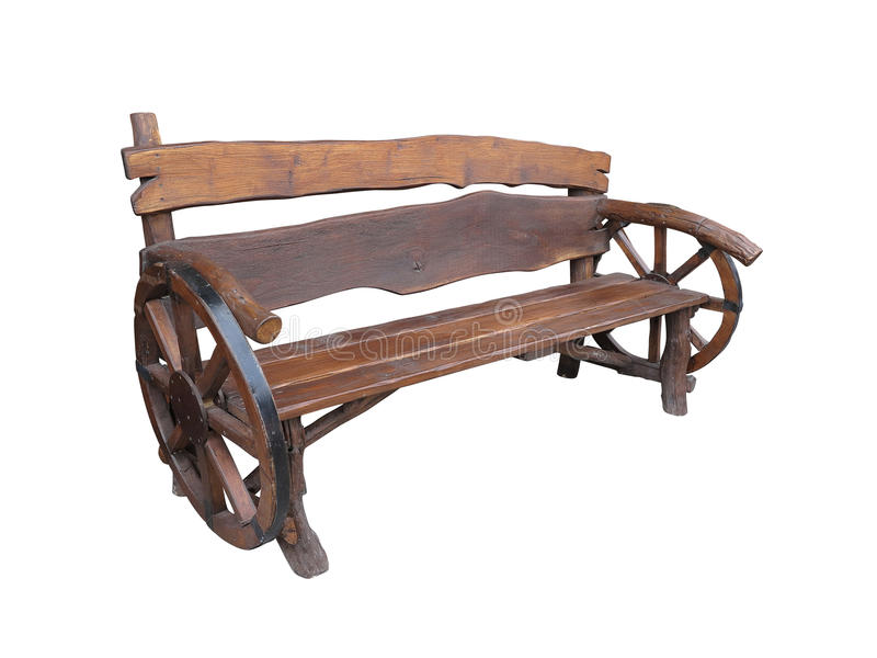 Banco fatto a mano di legno del giardino con la decorazione della ruota del carretto isolata fotografie stock libere da diritti
