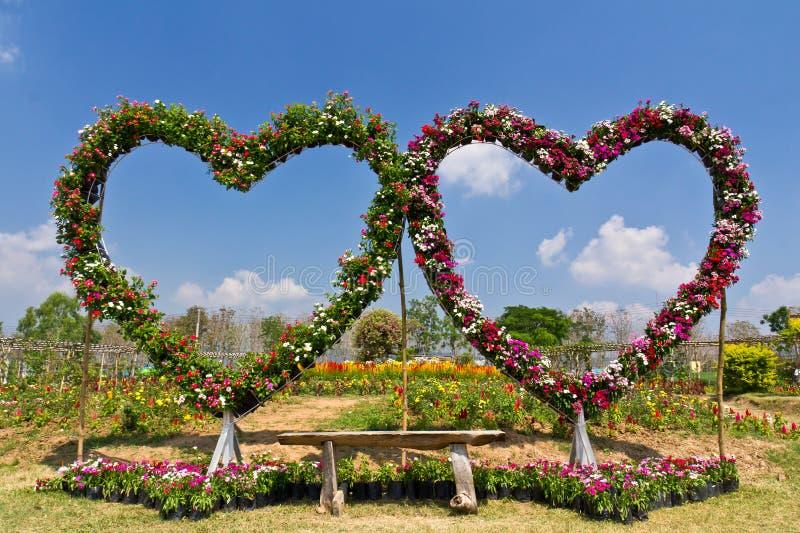 Banco floral del asiento de amor foto de archivo libre de regalías