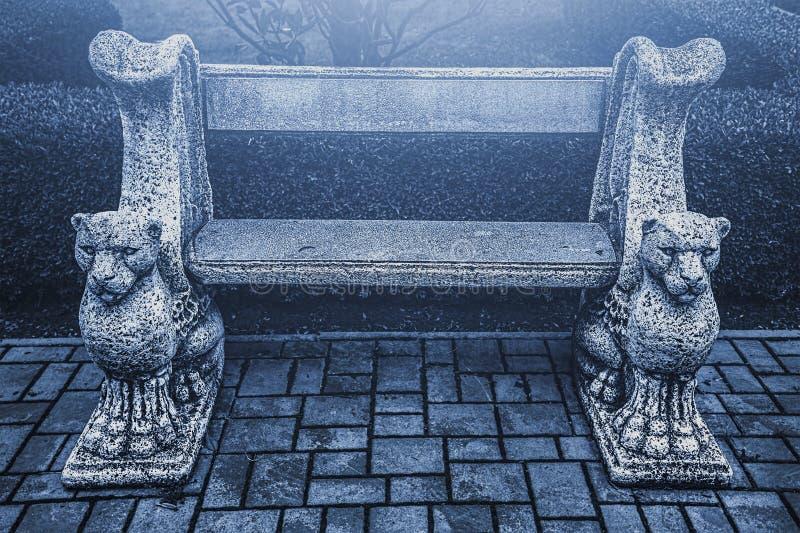 Banco gotico in parco mistico fotografie stock libere da diritti