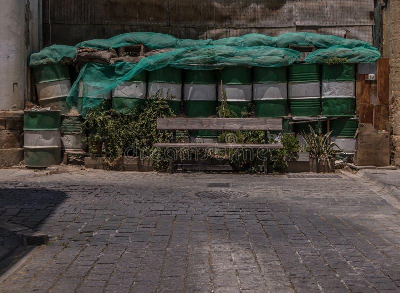 Banco na frente das barricadas foto de stock