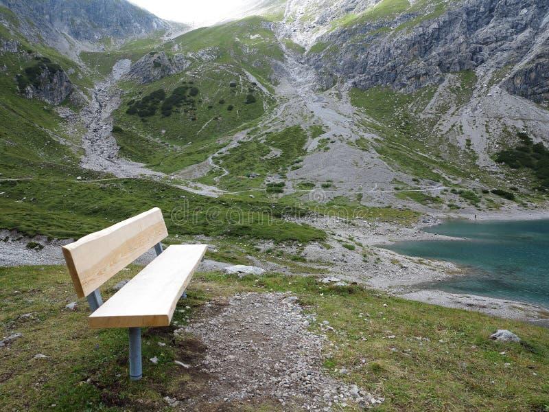 Banco nel paesaggio del massiccio della montagna fotografia stock libera da diritti