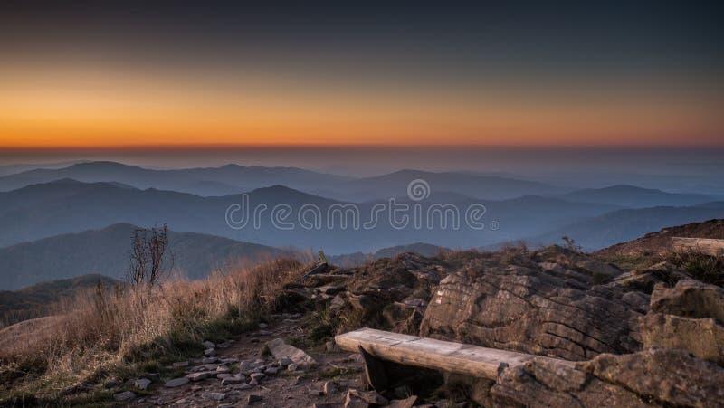 Banco nelle montagne di Bieszczady in Polonia fotografie stock libere da diritti