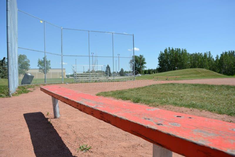 Banco no campo do basefield em um parque de comunidade local imagens de stock